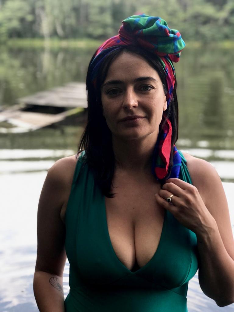 Marta Urbaniak nad jeziorem w kostiumie