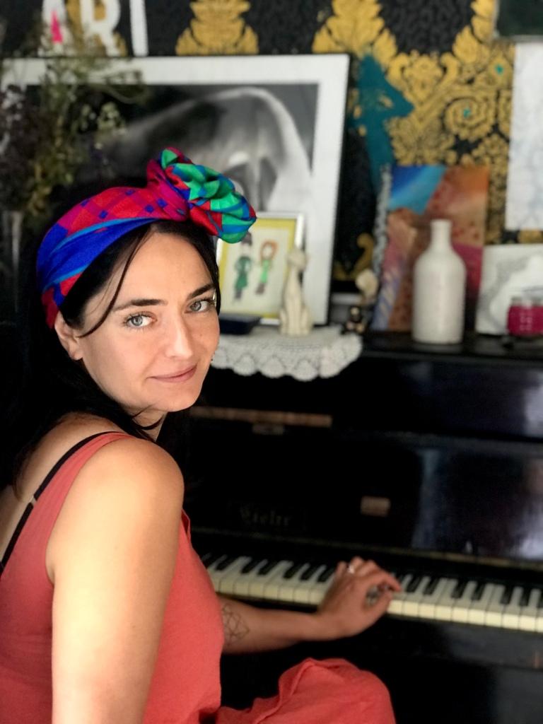 Marta Urbaniak przy pianinie